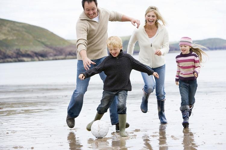 Familj som leker