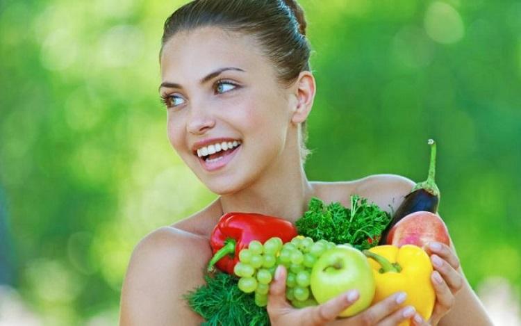 En tjej med frukt och grönsaker