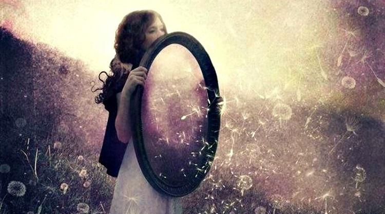 En tjej framför en spegel