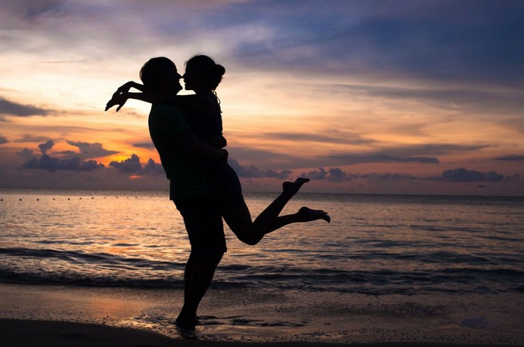 Ett par vid stranden